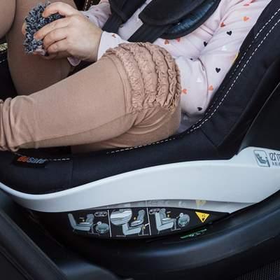 Sitz-mit-Base-Fokus-auf-Beide-des-Kindes-Markierung-Fussraum-400px