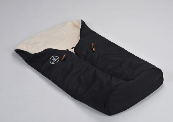 Der in originellen Farben gestaltete Fußsack von Naturkind lässt sich im Winter wie Sommer verwenden. Einzigartig ist die Kombination der Materialien: Schafschurwolle und Teddyplüsch.
